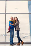 Rodzinny czekanie dla odjazdu przy lotniskiem obrazy royalty free