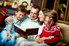 Rodzinny czytanie zdjęcia stock