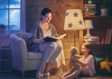 Rodzinny czytelniczy pora snu Obrazy Royalty Free