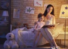 Rodzinny czytelniczy pora snu Zdjęcie Royalty Free