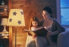 Rodzinny czytelniczy pora snu Obrazy Stock