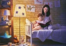 Rodzinny czytelniczy pora snu Zdjęcie Stock