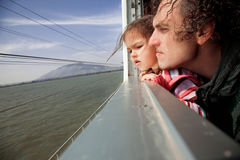 Rodzinny dopatrywanie w taborowym okno zdjęcie stock