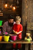 Rodzinny dzień charcica brodata mężczyzny i chłopiec miłości natura Ojciec i syn Ojca dzień szczęśliwe ogrodniczki z wiosną fotografia stock
