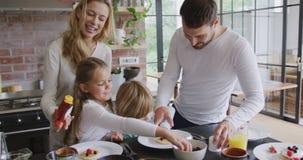 Rodzinny garnirowania jedzenie przy łomotać stół w wygodnym domu 4k zbiory