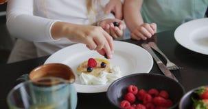 Rodzinny garnirowania jedzenie przy łomotać stół w wygodnym domu 4k zbiory wideo