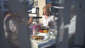 Rodzinny gość restauracji na balkonie mieszkanie zbiory wideo
