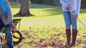 Rodzinny grabić w górę jesień liści zbiory