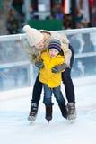 Rodzinny jazda na łyżwach Zdjęcia Stock