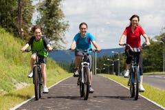Rodzinny jechać na rowerze Obrazy Royalty Free