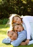 Rodzinny kłamstwo na trawie Zdjęcia Stock