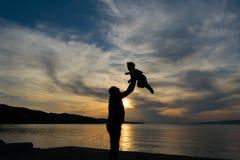 Rodzinny kochający moment z ojcem i synem przeciw dramatycznemu niebu Fotografia Stock