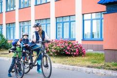 Rodzinny kolarstwo, matka z szcz??liw? dzieciak jazd? jecha? na rowerze outdoors fotografia stock