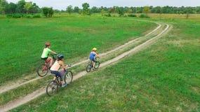 Rodzinny kolarstwo na rowerów outdoors widok z lotu ptaka od above, szczęśliwa aktywny matka z dziećmi zabawę, rodzinny sport Zdjęcia Royalty Free