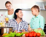 Rodzinny kucharstwo w kuchni Zdjęcie Royalty Free