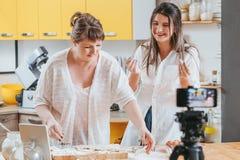 Rodzinny kulinarny blog kobiet ciasta kamera wideo obraz stock