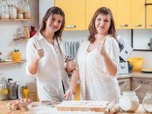 Rodzinny kulinarny hobby kucharstwo robi ciastkom fotografia stock