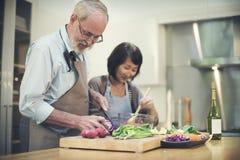 Rodzinny Kulinarny Kuchenny przygotowanie gościa restauracji pojęcie zdjęcie stock