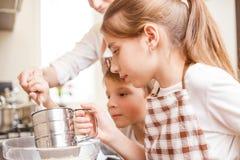 Rodzinny kulinarny tło Dzieci w kuchni obrazy stock