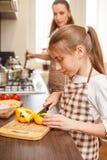 Rodzinny kulinarny tło Narządzanie sałatka obraz stock