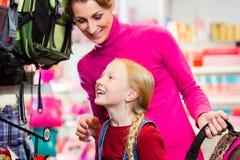 Rodzinny kupienie szkoły satchel lub torba w sklepie obraz royalty free