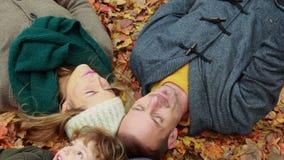 Rodzinny lying on the beach na jesień liściach w parku zdjęcie wideo