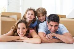 Rodzinny lying on the beach na podłoga w nowym domu Fotografia Stock