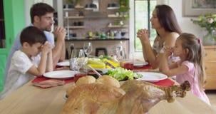 Rodzinny modlący się wpólnie przedtem mieć lunch w domowym 4k przy łomotać stół zbiory wideo