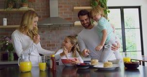 Rodzinny narządzania jedzenie na worktop w kuchni przy wygodnym domem 4k zbiory wideo