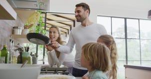 Rodzinny narządzania jedzenie w kuchni 4k w domu zdjęcie wideo