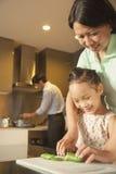 Rodzinny narządzanie gość restauracji Fotografia Royalty Free