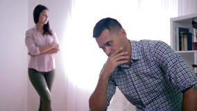 Rodzinny nieporozumienie, wzburzona samiec po bełta z kobietą siedzi składać w domu wręcza blisko twarzy i kobiety pozyci zdjęcie wideo