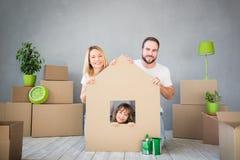 Rodzinny Nowy Domowy Poruszający dnia domu pojęcie obraz royalty free