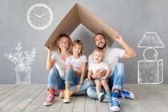 Rodzinny Nowy Domowy Poruszający dnia domu pojęcie fotografia royalty free