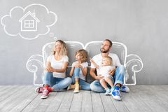 Rodzinny Nowy Domowy Poruszający dnia domu pojęcie zdjęcia royalty free