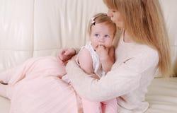 Rodzinny obrazek czułości matka i jej śliczna mała dziewczynka Zdjęcie Stock