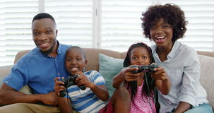 Rodzinny obsiadanie na kanapie i bawić się wideo grę zbiory wideo