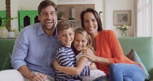 Rodzinny obsiadanie wpólnie w domu na kanapie w żywym pokoju 4k zbiory wideo