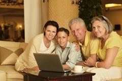 Rodzinny obsiadanie z laptopem zdjęcie royalty free