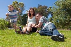 Rodzinny oczekuje dziecko cieszy się słonecznego dzień Fotografia Royalty Free