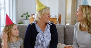 Rodzinny odświętność urodziny na kanapie 4k zbiory