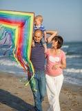 Rodzinny odprowadzenie morzem zdjęcia royalty free