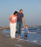 Rodzinny odprowadzenie morzem obrazy royalty free