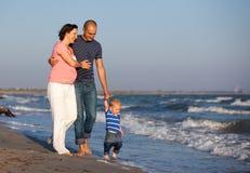 Rodzinny odprowadzenie morzem Zdjęcie Royalty Free