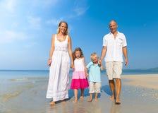 Rodzinny odprowadzenie plaży wakacje wakacji pojęcie obrazy royalty free