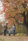 Rodzinny odprowadzenie przez parka w jesieni obraz stock