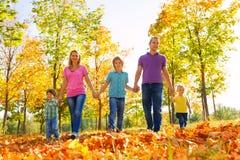 Rodzinny odprowadzenie wpólnie trzyma ręki z rzędu Zdjęcie Royalty Free