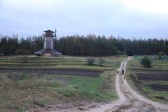 Rodzinny odprowadzenie wzdłuż drogi stary młyn Jesień krajobraz obraz stock