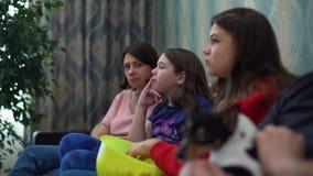 Rodzinny Ogląda TV na kanapie zdjęcie wideo