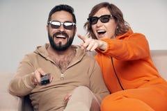Rodzinny ogl?da 3D film na TV zdjęcie royalty free